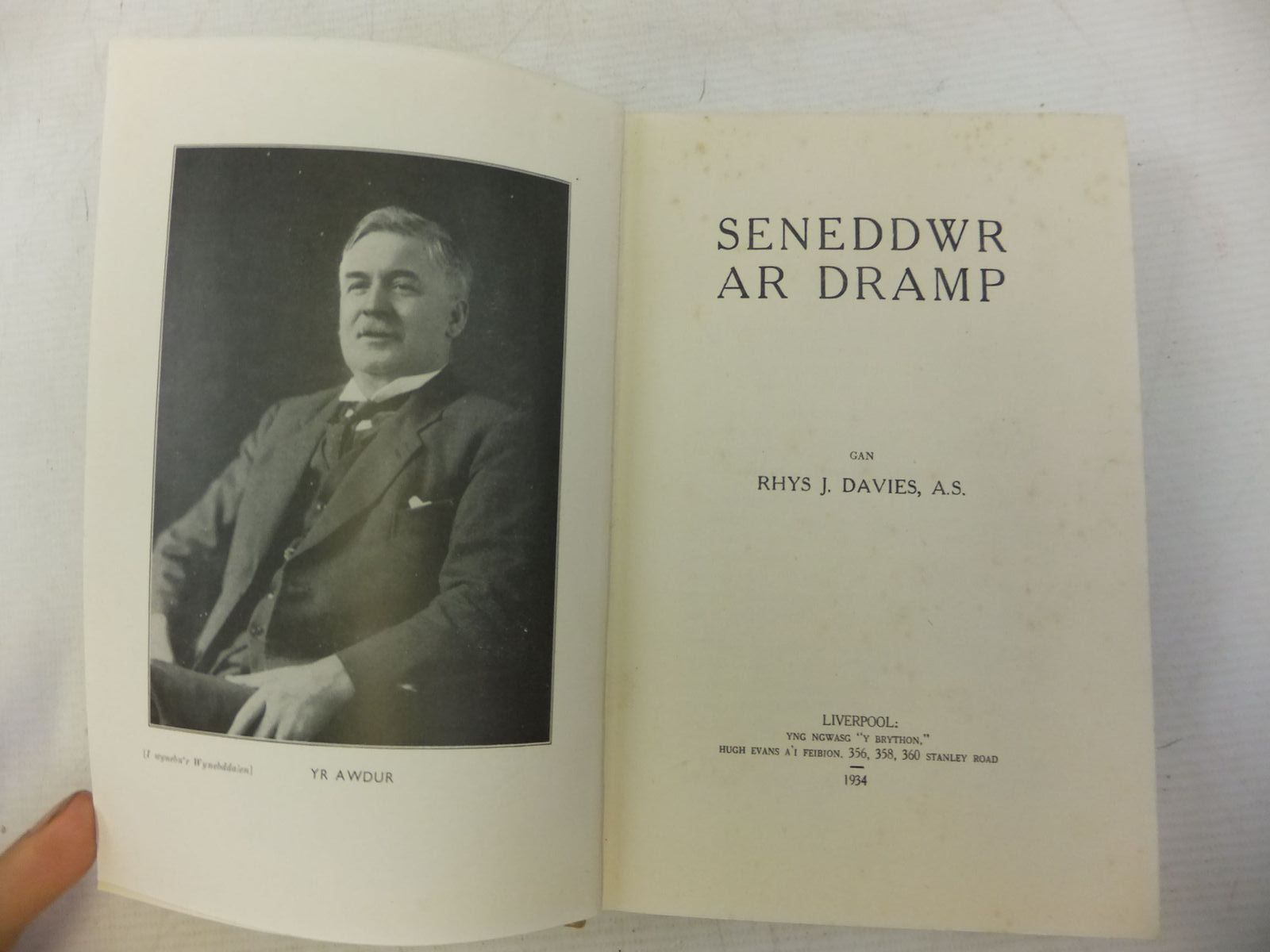 Photo of SENEDDWR AR DRAMP written by Davies, Rhys J. published by Hugh Evans (STOCK CODE: 1713082)  for sale by Stella & Rose's Books